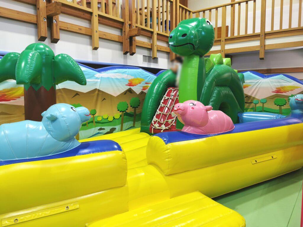 恐竜の遊具