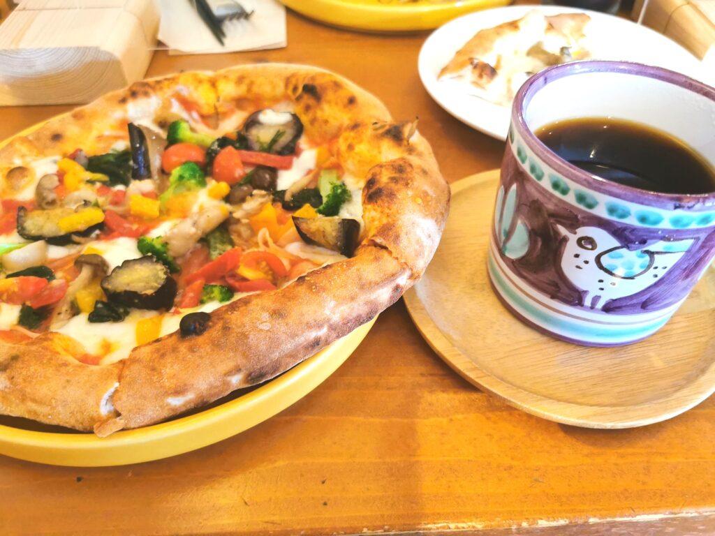 ピザとコーヒーカップ